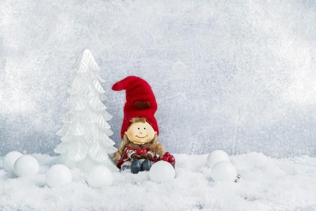 Décoration de noël. sapin de noël décoratif et nain dans la neige. fond