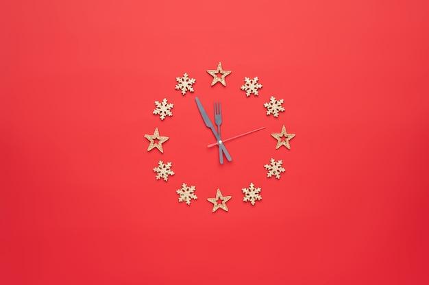 Décoration de noël sous la forme d'une horloge sur fond rouge