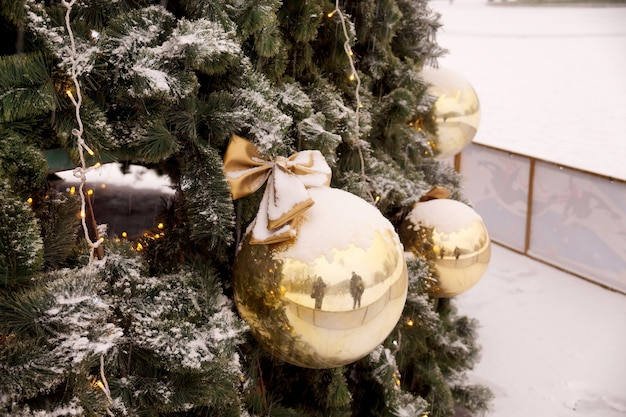 Décoration de noël des sphères du centre commercial, des arcs et des branches d'un sapin