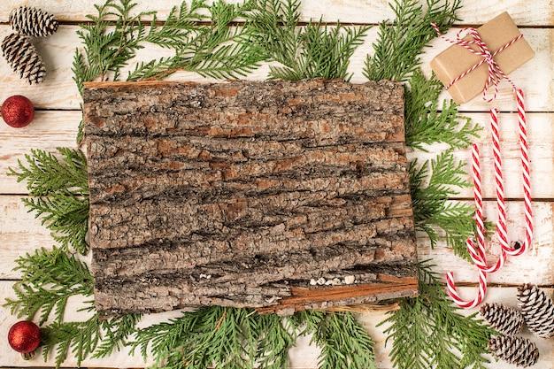 Décoration de noël sur la table en bois blanche