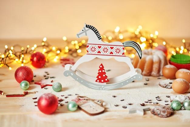 Décoration de noël sur la table avec un petit gâteau et des biscuits