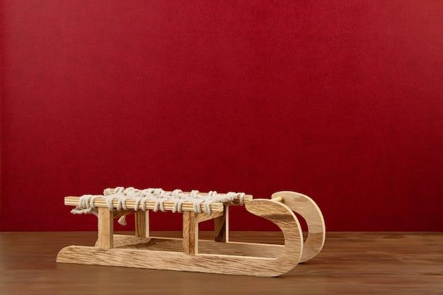 Décoration de noël avec traîneau en bois, pin, cadeaux avec espace copie sur fond rouge