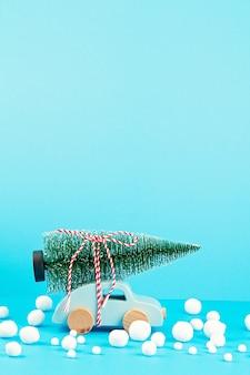 Décoration de noël avec voiture en bois, pin, avec espace copie. carte de voeux de saison
