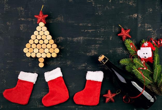 Décoration de nouvel an avec arbre de noël en bouchons de vin et bouteille de champagne. fond de noël. vue de dessus.