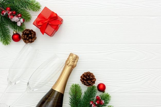 Décoration de nouvel an avec bouteille de champagne et branches de sapin