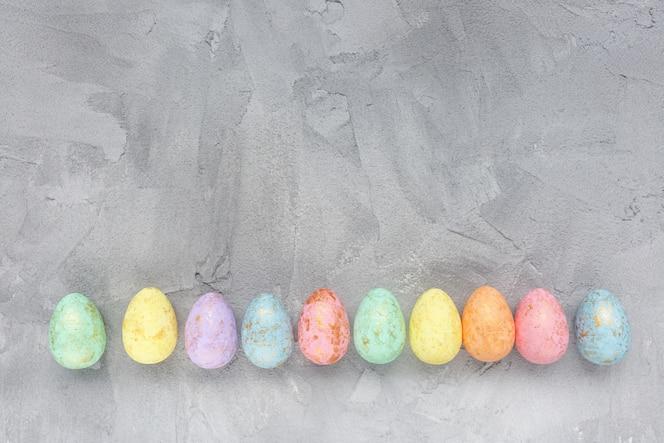 Décoration oeufs multicolores sur gris