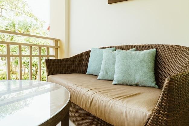 Décoration d'oreiller confortable sur chaise de patio sur balcon