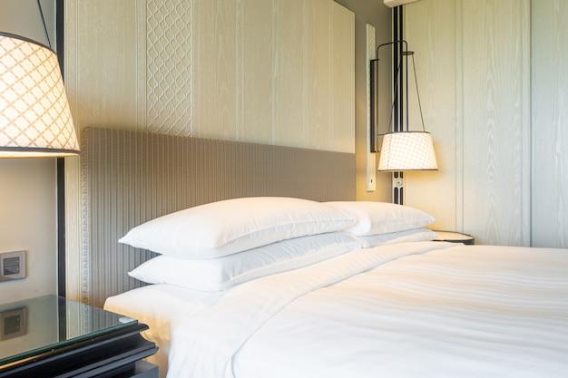 Décoration d'oreillers blancs sur le lit dans la chambre