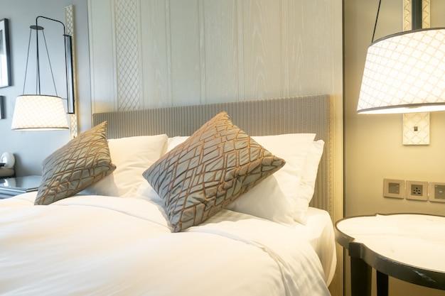 Décoration d'oreillers blancs sur le lit à l'intérieur de la chambre