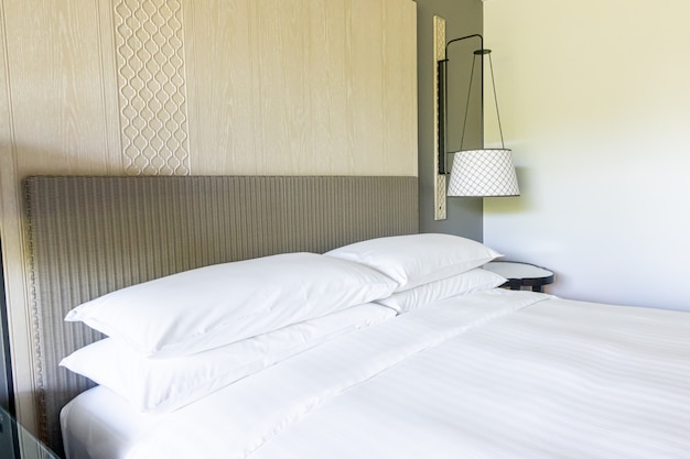 Décoration d'oreillers blancs sur le lit