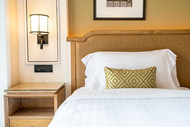 Décoration d'oreillers confortables sur le lit dans la chambre d'hôtel