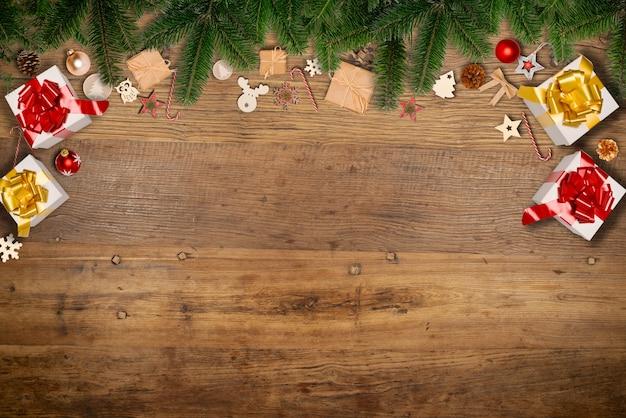 Décoration d'ornement plat de noël avec espace copie sur un fond de table en bois