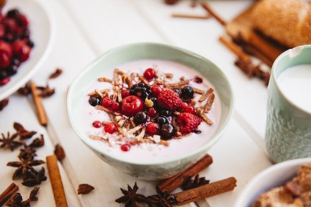 Décoration de petit-déjeuner avec du yaourt