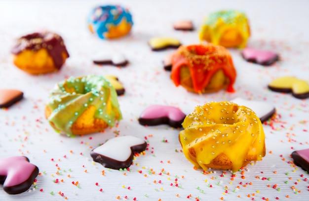 Décoration de petits gâteaux couleur émail.
