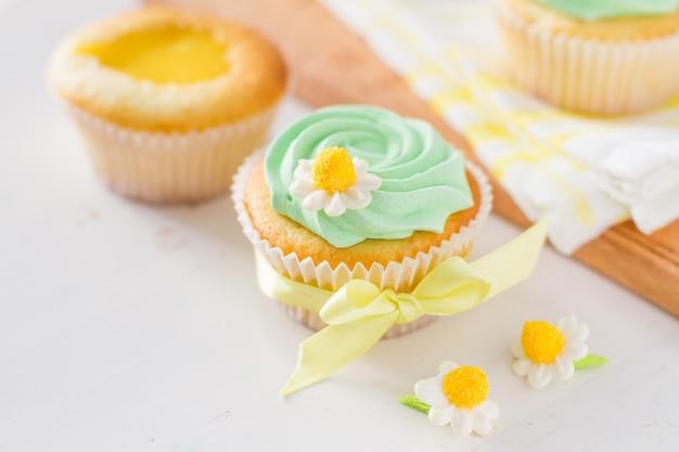 Décoration de petits gâteaux de printemps et ingrédients