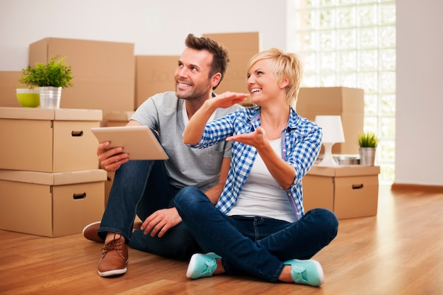 Décoration de planification de couple heureux dans la nouvelle maison