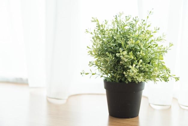 Décoration de plante de vase dans la maison au côté de la fenêtre