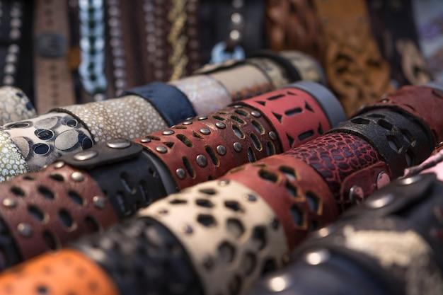 Décoration à portée de main. bracelets en cuir large fabriqués à la main