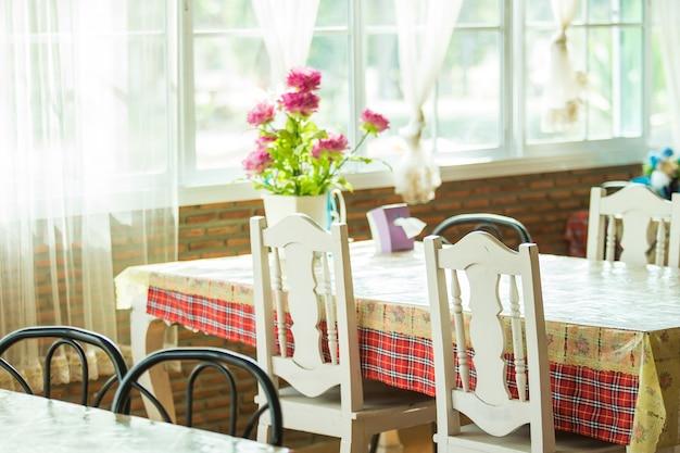 Décoration de pots de fleurs colorées sur table en bois
