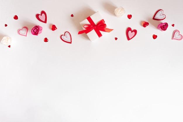 Décoration pour le concept de fond de la saint-valentin. coffrets cadeaux plats avec noeud avec ruban et saison d'amour