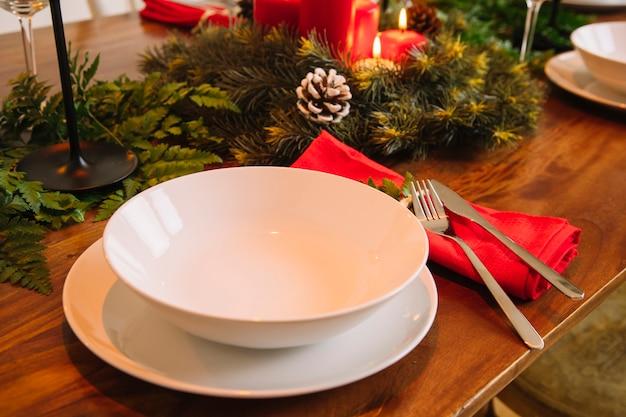 Décoration pour le dîner de noël avec assiettes