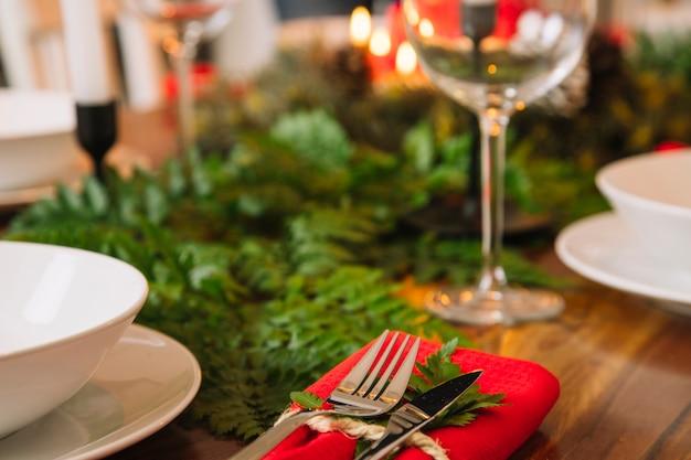 Décoration Pour Le Dîner De Noël Avec Le Verre De Vin Photo gratuit