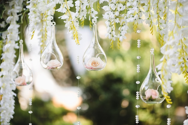 Décoration pour un mariage avec des sphères avec des fleurs à l'intérieur
