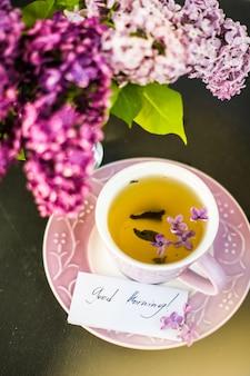 Décoration de printemps avec des fleurs lilas