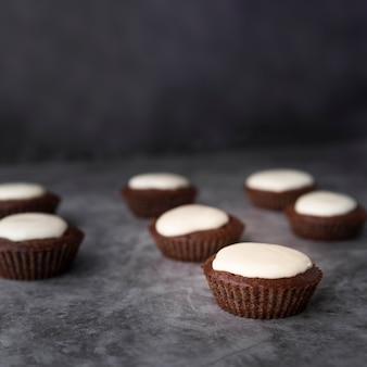 Décoration avec savoureux cupcakes et fond de stuc