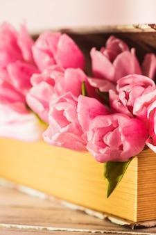 Décoration shabby chic - tulipes roses en livre vintage