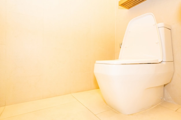 Décoration de siège de cuvette blanche dans la salle de bain