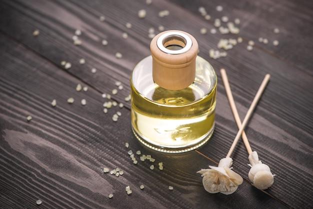 Décoration de spa. bouteille d'huile essentielle et de fleurs d'orchidées.