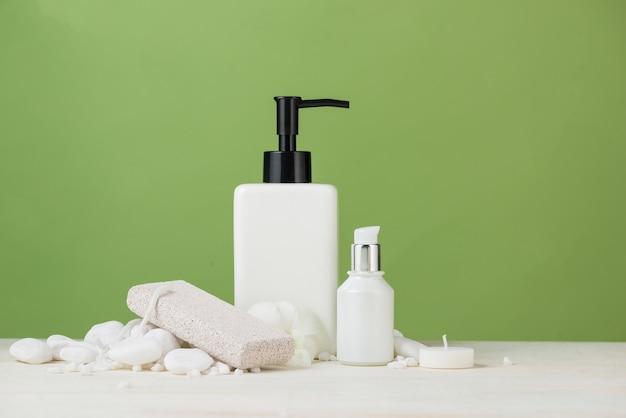 Décoration spa. composition de spa avec bouteille cosmétique sur vert.