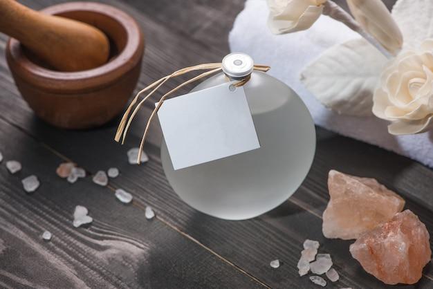 Décoration de spa. flacon d'huiles essentielles et fleurs de trait.
