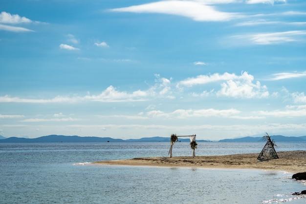 Décoration de stand avant mariage sur la plage de l'île de thaïlande, en journée à ciel ouvert.