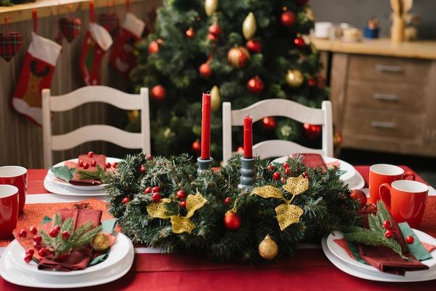 Décoration de table de fête, réglage de table pour le dîner de noël