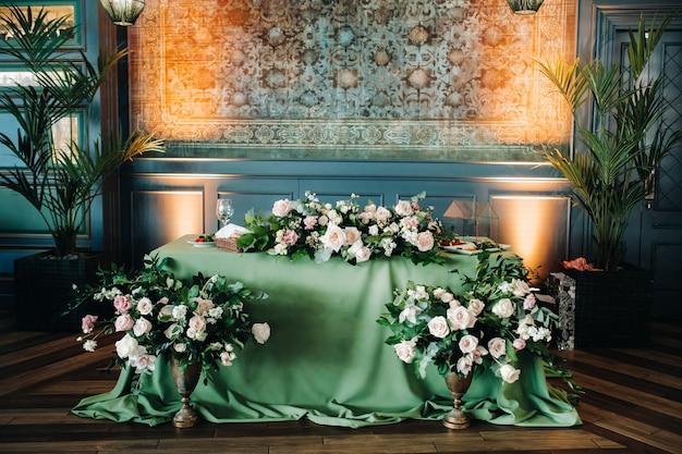 Décoration de table de mariage avec des fleurs sur la table dans le château, décoration de table pour le dîner aux chandelles