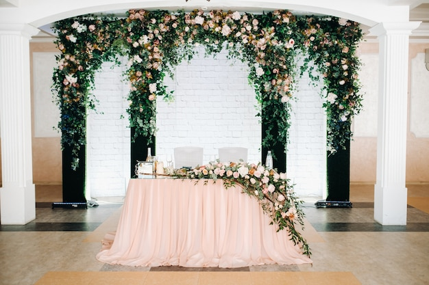 Décoration de table de mariage avec des fleurs sur la table dans le décor de table du restaurant pour un dîner aux chandelles.