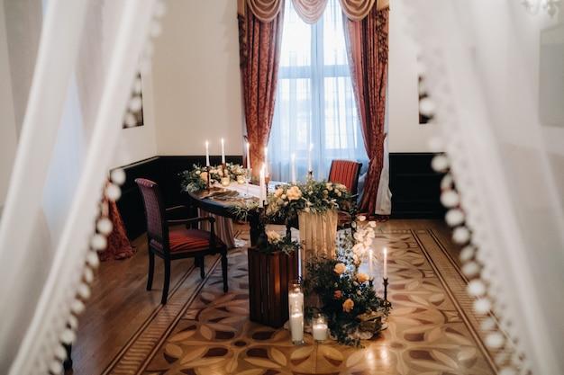 Décoration de table de mariage avec des fleurs sur la table du château, décoration de table pour le dîner aux chandelles.dîner aux bougies.