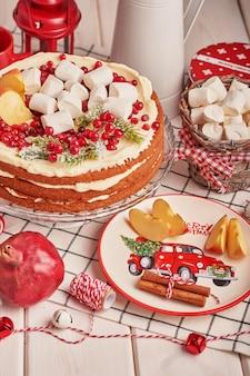 Décoration de table de noël, gâteau aux fruits festif avec des bonbons sur la table
