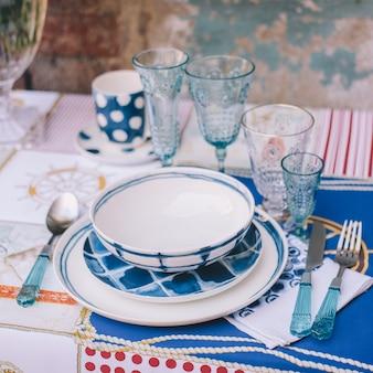 La décoration et la table pour un repas ou des vacances. vaisselle