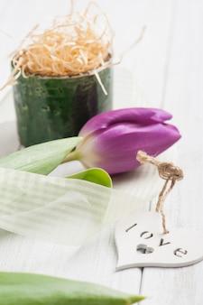 Décoration de table de printemps avec tulipe