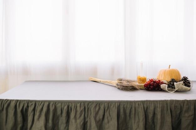 Décoration de table de thanksgiving avec espace sur la gauche