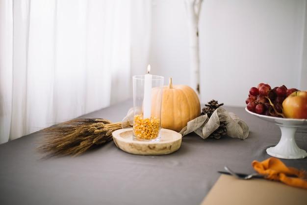 Décoration de table de thanksgiving avec des graines