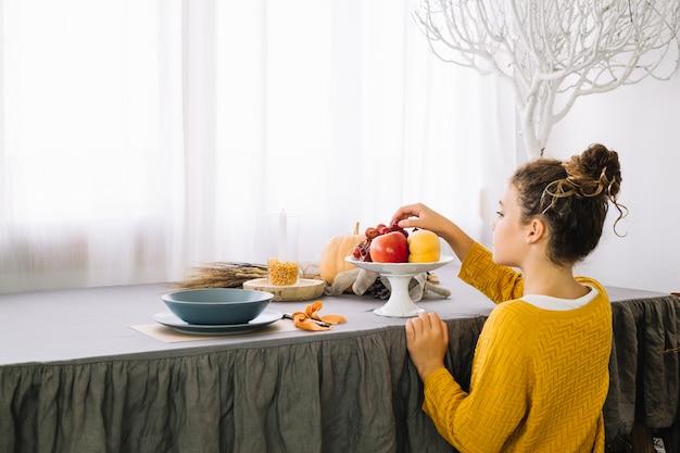 Décoration de table de thanksgiving avec vue arrière de la femme