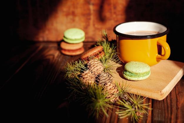 Décoration avec une tasse de chocolat chaud et des biscuits