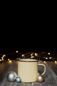 Décoration avec tasse, globes et fond sombre
