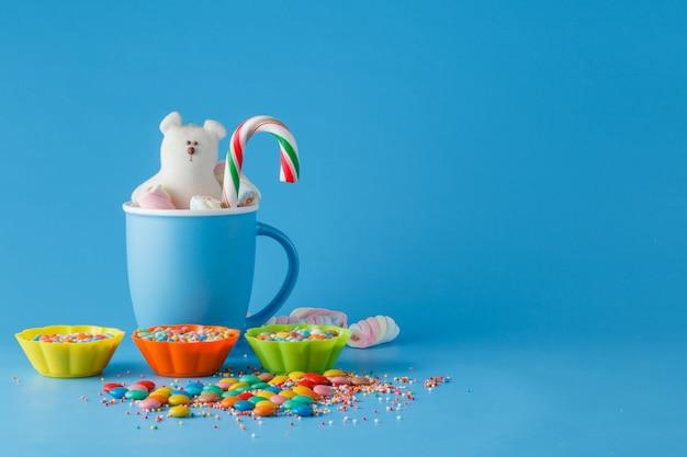 Décoration de vacances pour enfants. bonbons colorés sur l'espace bleu