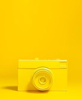 Décoration avec vieil appareil photo jaune