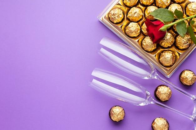 Décoration vue de dessus avec une boîte de chocolat et des verres